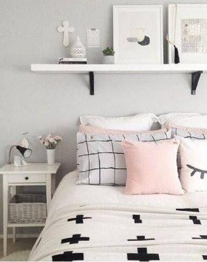 Decoração de quarto tumblr com almofadas e quadros