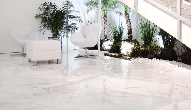 Sala com piso porcelanato