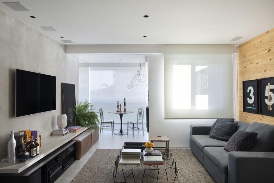 Sala com tons claros e pequenos toques de cor