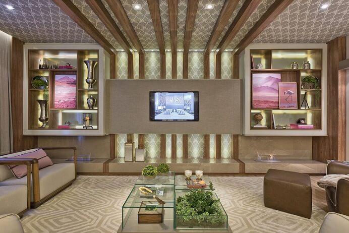 Sala de TV com papel de parede até no teto Projeto de Heller Arquitetura e Interiores