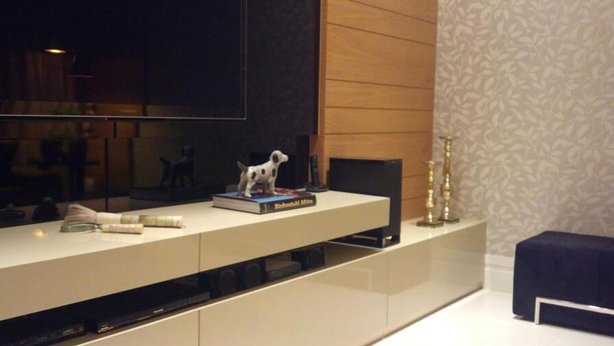 Sala de TV com papel de parede de folhagens em tons neutros Projeto de CS Projetos