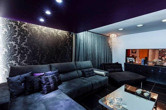 Sala de TV com papel de parede para sala discreto com estampa de folhas Projeto de Lidici Melo