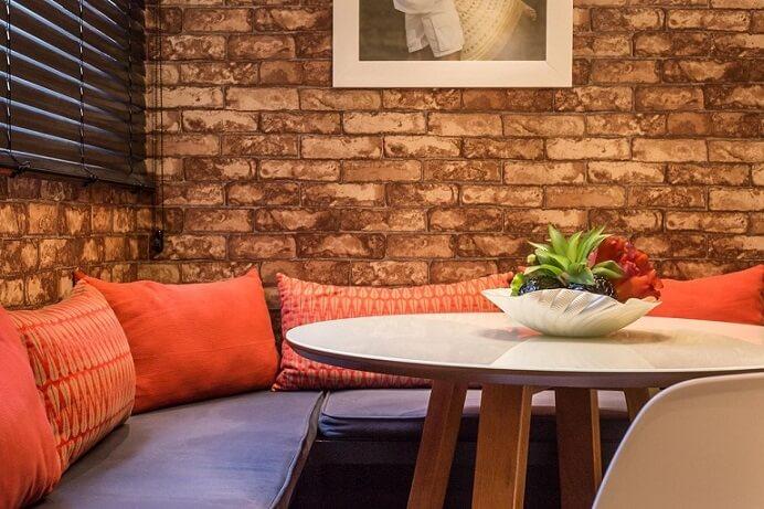 Sala de TV com papel de parede para sala que imita tijolo Projeto de Andrea Fonseca - detalhe