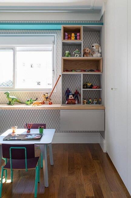 Sala de brinquedos com papel de parede geométrico azul com branco Projeto de Eliane Mesquita