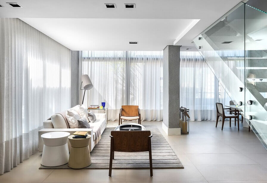 Sala de estar branca com cortinas brancas Projeto de Leonardo Muller