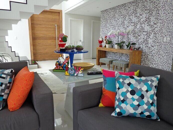 Sala de estar colorida com papel de parede para sala florido Projeto de Sergio Canineo Arquitetura