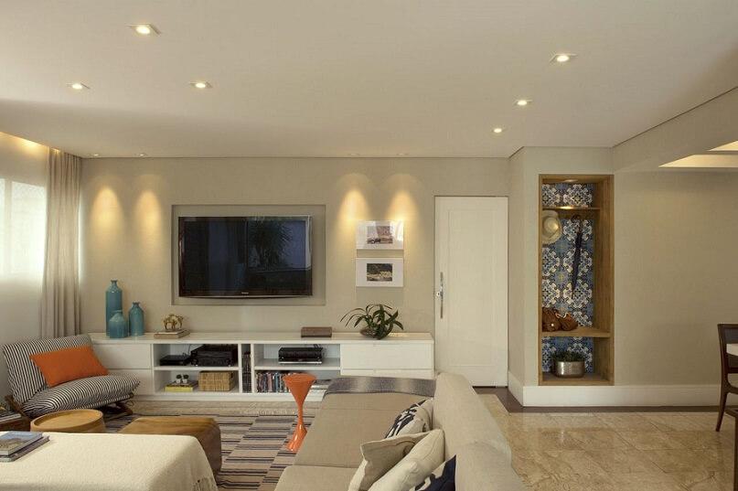 Sala de estar com papel de parede apenas no fundo da chapeleira embutida Projeto de Cristina Lembi