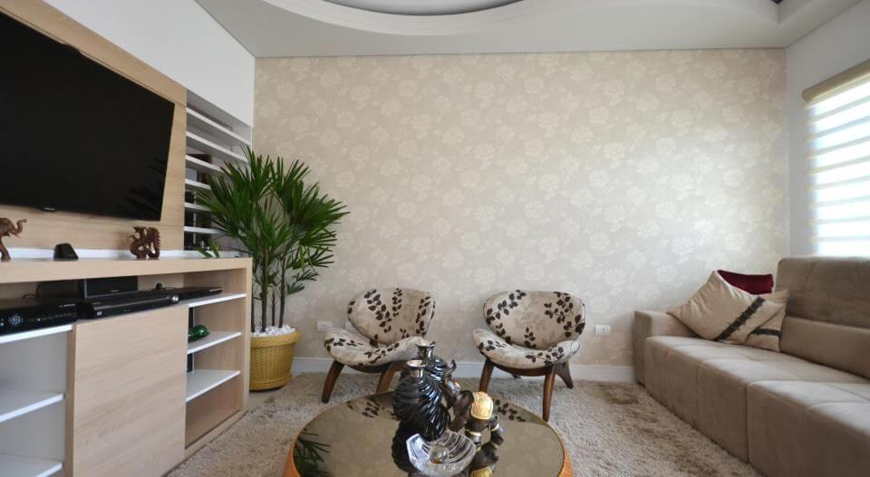 Sala de estar com papel de parede florido em tons neutros Projeto de Juliana Azanha
