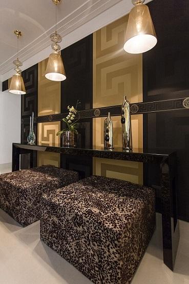 Sala de estar com papel de parede para sala Versace em preto e dourado Projeo de Helen Granzote