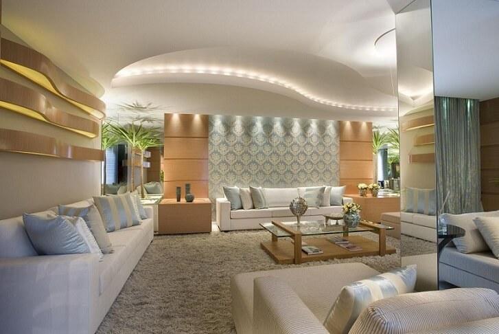 Sala de estar com papel de parede para sala apenas atrás do sofá Projeto de Aquiles Nicol