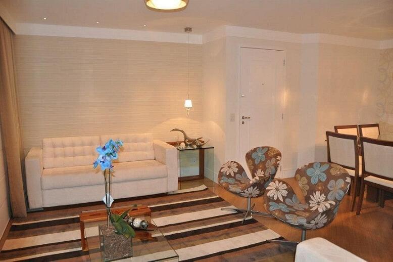 Sala de estar com papel de parede para sala com textura Projeto de Serra Vaz