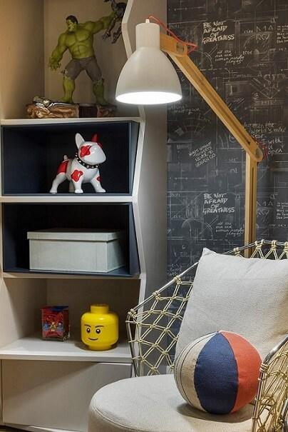Sala de estar com papel de parede para sala de planta baixa e frases inspiracionais Projeto de Patricia Kolanian