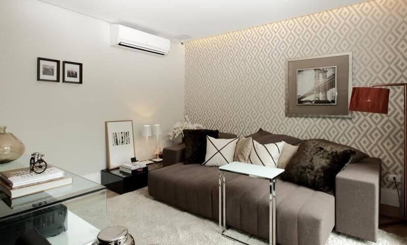 Sala de estar com papel de parede para sala geométrico discreto que dá movimento ao ambiente Projeto de Rodrigo Fonseca