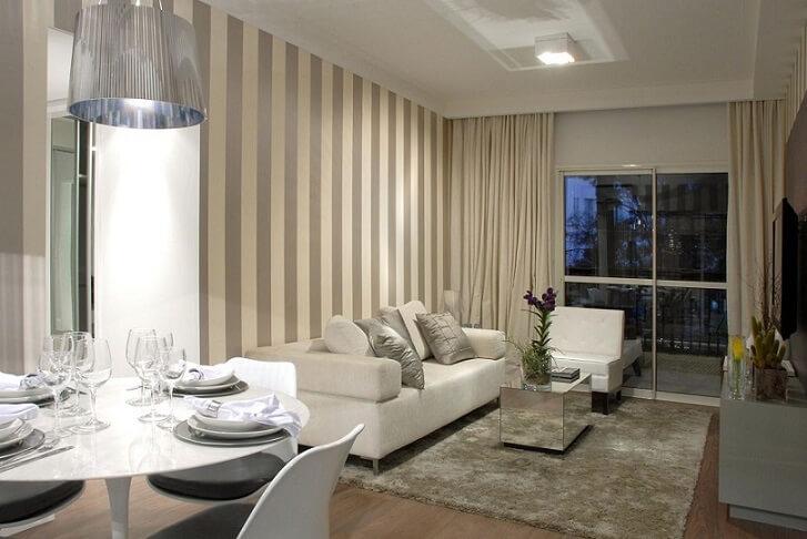Sala de estar com papel de parede para sala listrado cinza e branco na vertical Projeto de Marel