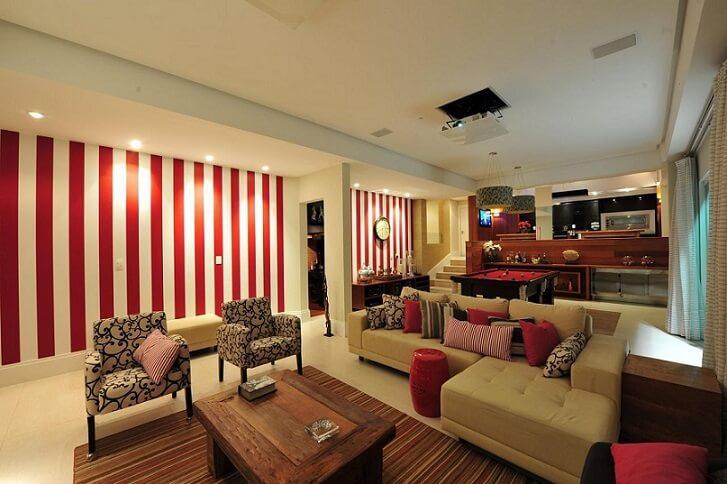 Sala de estar com papel de parede para sala listrado em vermelho Projeto de Anna e Anderson