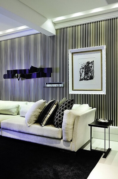 Sala de estar com papel de parede para sala listrado na vertical Projeto de Moreno Interiores