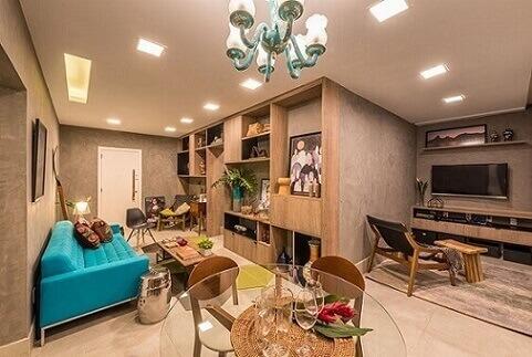 Sala-de-estar-com-sofá-azul-turquesa-Projeto-de-Viviane-de-Pinho-1