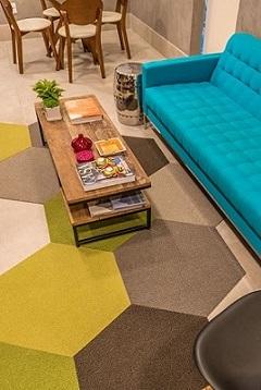 Sala-de-estar-com-sofá-azul-turquesa-Projeto-de-Viviane-de-Pinho1-1-1
