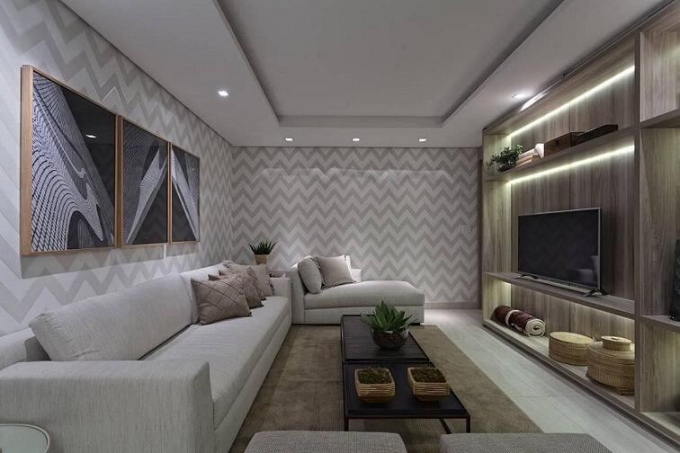 Sala de estar grande com papel de parede para sala em quase todas as paredes Projeto de Renata Basques