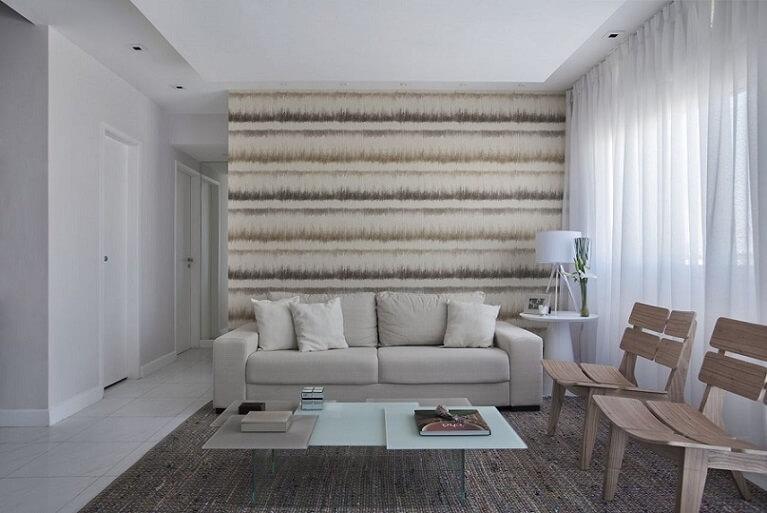 Sala de estar neutra com papel de parede em tons neutros Projeto de Mariana Martini