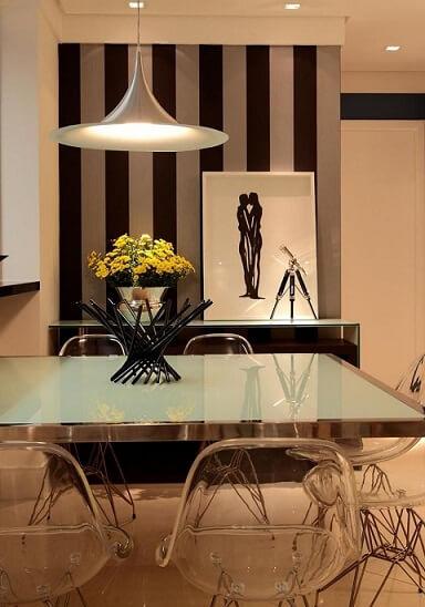 Sala de jantar com papel de parede para sala apenas atrás do aparador Projeto de Rodrigo Fonseca