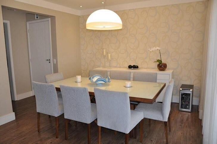 Sala de jantar com papel de parede para sala discreto Projeto de Serra Vaz
