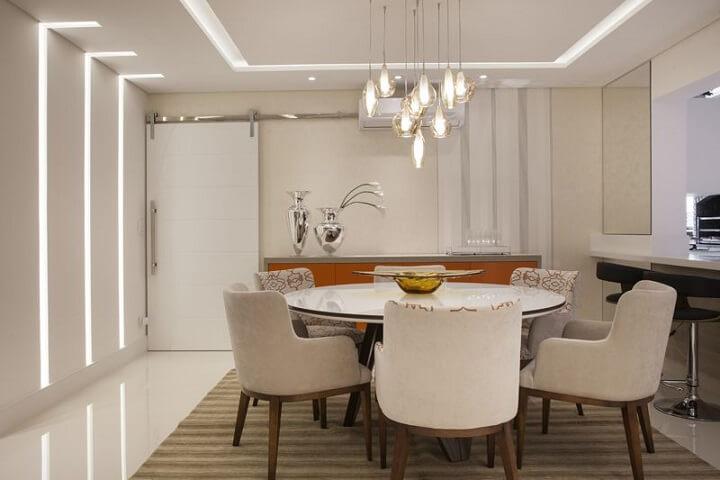 Sala de jantar com papel de parede para sala em apenas uma faixa da parede Projeto de Sueli Zapparolli
