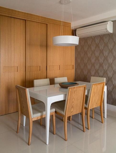 Sala de jantar com papel de parede para sala em tons de cinza Projeto de Ana Yoshida