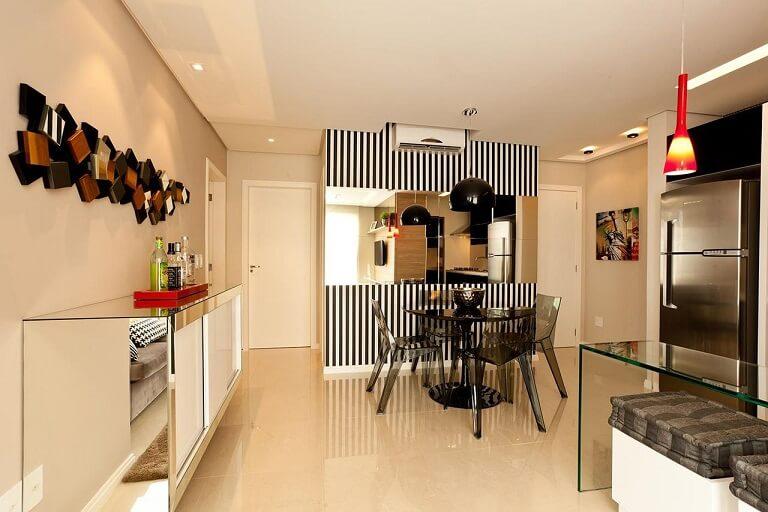 Sala de jantar com papel de parede para sala listrado apenas em uma parede Projeto de Juliana Pippi