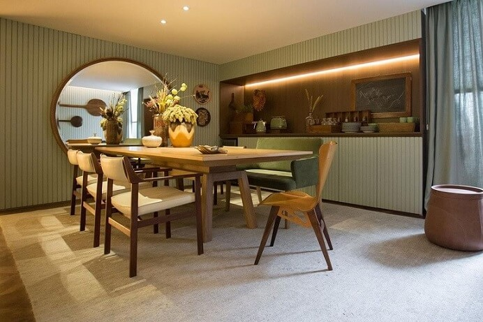 Sala de jantar com papel de parede para sala listrado discreto Projeto de Gu Bykamy