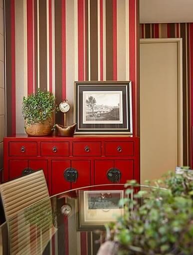 Sala de jantar com papel de parede para sala listrado seguindo a paleta do ambiente Projeto de Glaucia Britto - detalhe