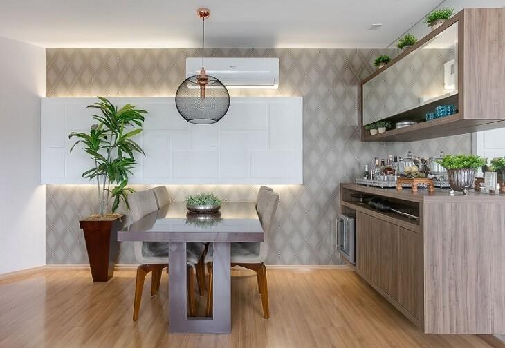 Sala de jantar com papel de parede para sala neutro de losango Projeto de Claudia Comparin