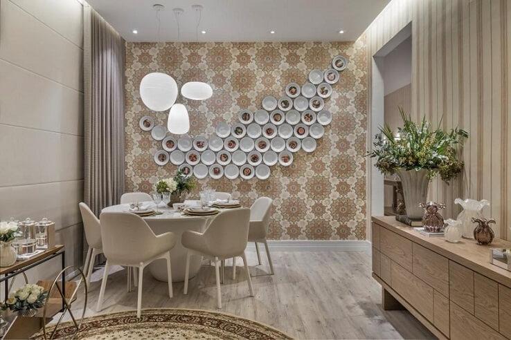 Sala de jantar em tons terrosos com papel de parede para sala estampado na mesma paleta Projeto de Casa Cor 2016