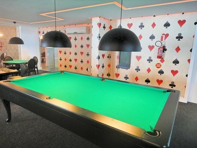Sala de jogos com papel de parede para sala com estampa de naipes de baralho Projeto de Gabriela Herde