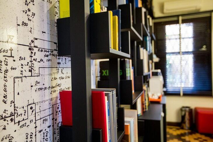 Sala de leitura com papel de parede de planta baixa Projeto de DH Arquitetura