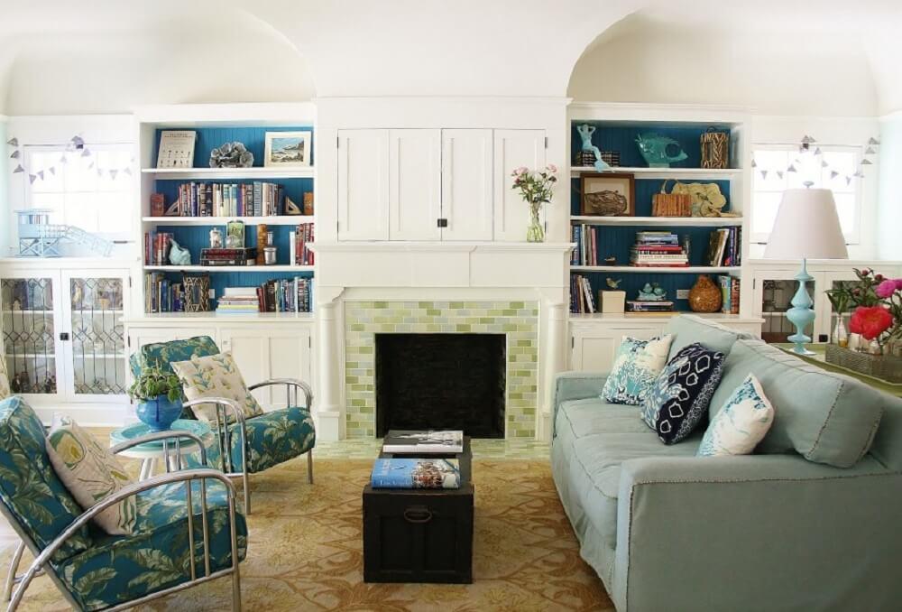 Sala decorada com poltronas estampadas