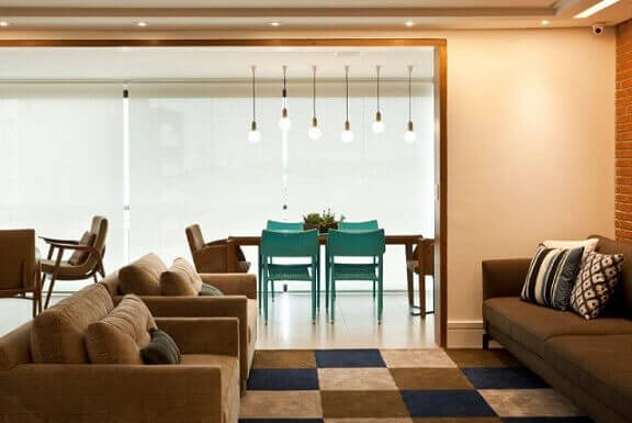 Sala-integrada-com-a-varanda-com-cadeiras-azul-turquesa-Projeto-de-Ana-Carolina-Sauma