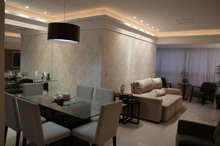 Salas integradas com papel de parede discreto unindo os ambientes Projeto de Karen Pelegrini Luz