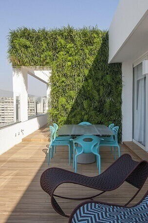 Terraço-com-cadeiras-azul-turquesa-Projeto-de-AMC-Arquitetura-1