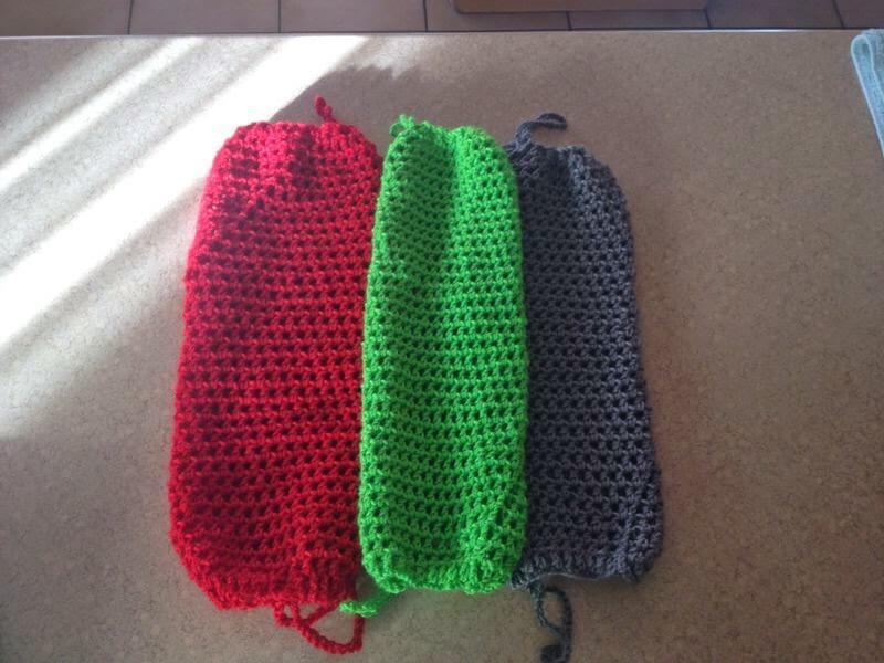 Vários exemplos de puxa saco em crochê em cores fortes