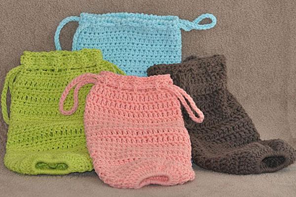 Vários exemplos de puxa saco em crochê em cores pasteis