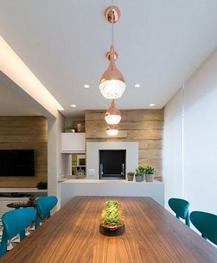 Varanda-gourmet-com-pententes-metalizados-e-cadeiras-azul-turquesa-Projeto-de-Danyela-Correa-1