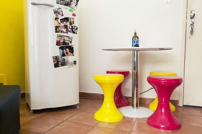 banquinhos coloridos para sala de jantar pequena