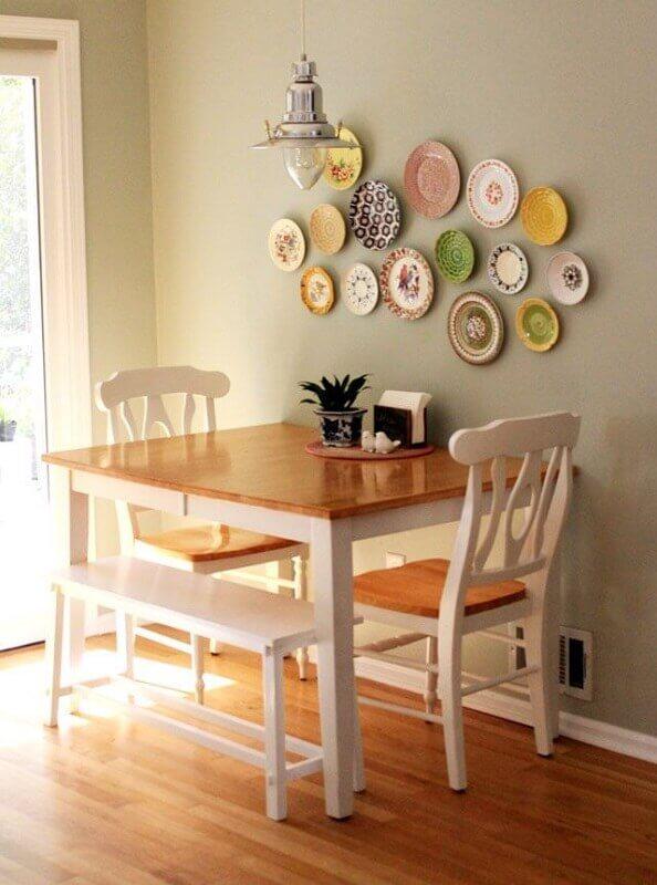 15. A mesa para sala de estar pequena encostada na parede pode garantir melhor circulação pelo ambiente