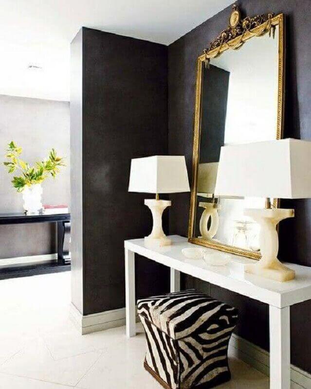 decoração com aparador branco e espelho decorativo com moldura dourada Foto Decostudio