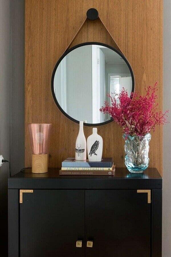 decoração com espelho decorativo redondo com alça de couro Foto Casa de Valentina