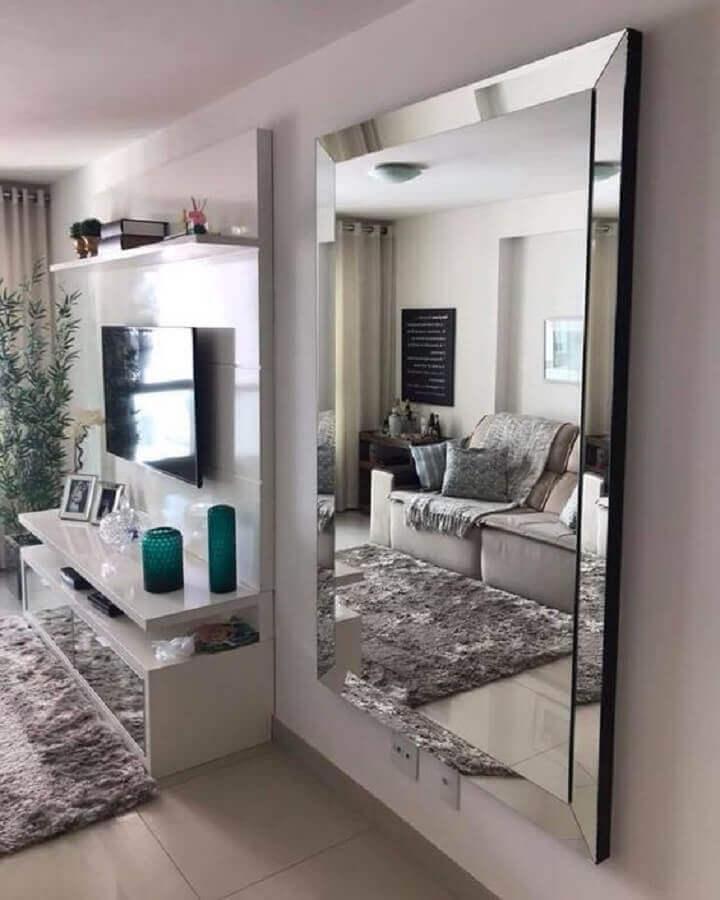 decoração com espelho para sala branca e cinza com tapete felpudo Foto União Vidros