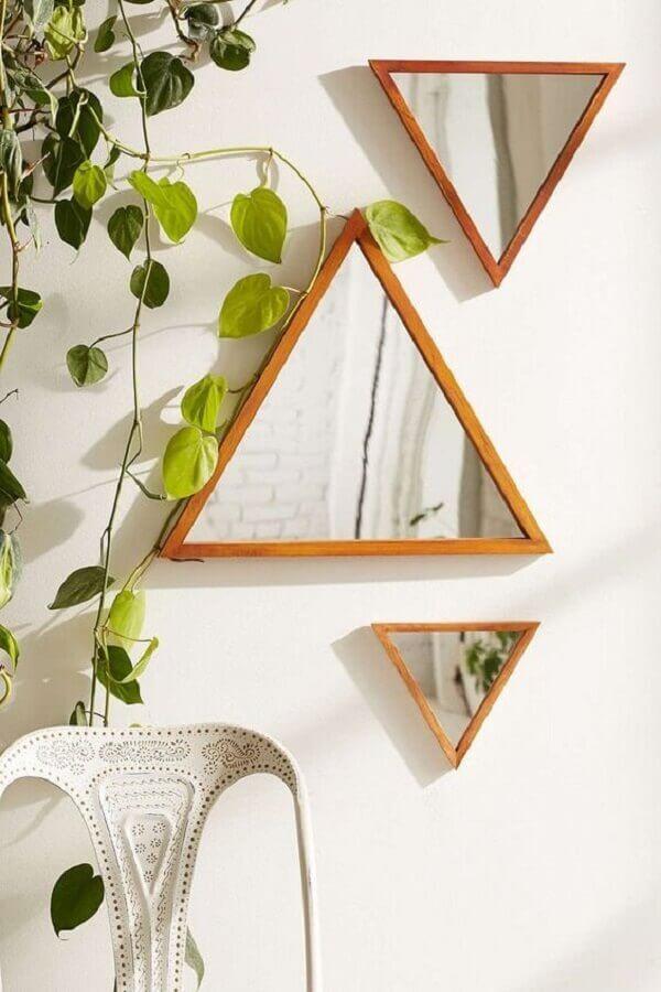 decoração com espelhos pequenos com moldura de madeira triangular Foto Sian Zeng