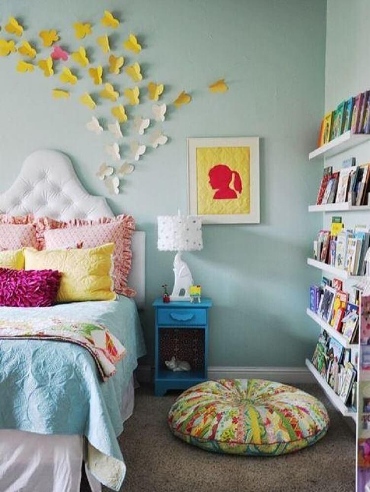 decoração com prateleira estreita para livros