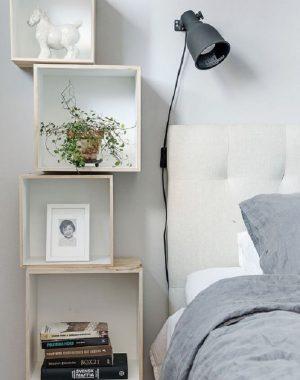 decoração com prateleiras para quarto clean